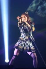 一人で代表曲「ヘビーローテーション」を披露した大島優子(C)AKS