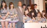 AKB48に囲まれデレデレの舛添要一都知事(写真中央)=新ドメイン『.tokyo』記者発表会 (C)ORICON NewS inc.