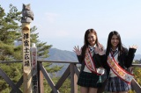 1日観光大使として、山梨県甲府市をPRした田野優花(右)と相笠萌(左)。