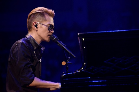 ピアノを弾くATSUSHI