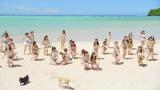 グアムのビーチで犬と戯れるメンバー(AKB48「ラブラドール・レトリバー」MVカット)