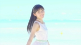 グアムの海を背に微笑む渡辺麻友(AKB48「ラブラドール・レトリバー」MVカット)