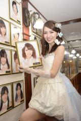 卒業公演後、劇場の写真を取り外した菊地あやか (C)AKS