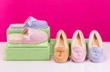 UGG Australia、ブランド初の母の日コレクション(写真左)Nala Clog・税抜1万2000円、(写真右)Brett・同1万9000円