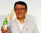 新発売の『キリン やさしさ生茶 カフェインゼロ』と佐藤章社長 (C)oricon ME inc.