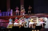 白雪姫の寸劇の劇中で披露した「恋するフォーチュンクッキー」(C)AKS