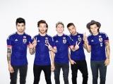 サッカー日本代表のユニフォーム姿でジャパンツアーを発表したワン・ダイレクション(左からゼイン、ルイ、ナイル、リアム、ハリー)