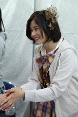 AKB48の握手会に初参加した「大人AKB」の塚本まり子(C)AKS