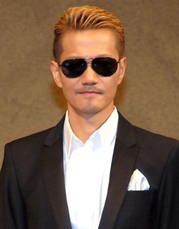 スーツをビシッと着こなすATSUSHI