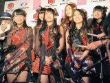 『DARTSLIVE×AKB48』プロジェクト発表会で多くの報道陣に囲まれるAKB48メンバー (C)ORICON NewS inc.
