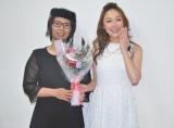 結婚を生報告した小原正子(右)と喪服衣装で祝福した相方のくわばたりえ(左) (C)ORICON NewS inc.