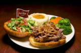 """世界18都市の各都市でしか食べられない""""ご当地限定ハンバーガー""""を提供するハードロックカフェの「ワールドバーガーツアー」。写真は『ダックコンフィ サンドイッチ』(仏国・パリ)"""