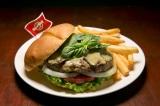 """世界18都市の各都市でしか食べられない""""ご当地限定ハンバーガー""""を提供するハードロックカフェの「ワールドバーガーツアー」。写真は『レジェンダリータイグリーンカレーバーガー』(タイ・バンコク)"""