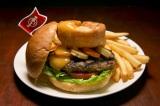 """世界18都市の各都市でしか食べられない""""ご当地限定ハンバーガー""""を提供するハードロックカフェの「ワールドバーガーツアー」。写真は『ローストディナー バーガー』(英・ロンドン)"""