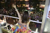劇場の外に集まったファンに手を振る大島優子=AKB48大島優子 最後の劇場公演の模様 (C)AKS