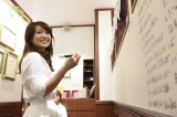 壁に卒業メッセージを書き込む大島優子 (C)AKS