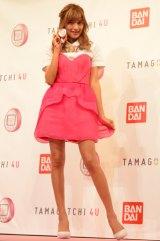 ミニスカドレスに合わせて、ピンクの『TAMAGOTCHI 4U』をコーディネート (C)oricon ME inc.