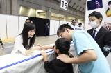 5月25日に発生した傷害事件以来、41日ぶりにAKB48の握手会が再開。まゆゆも笑顔(東京ビックサイトにて)