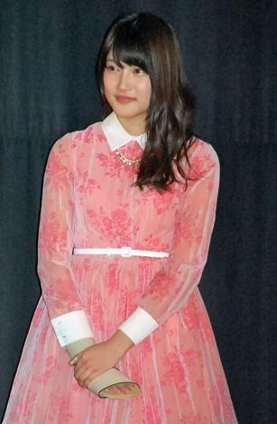 ピンク衣装の入山杏奈
