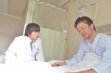 7月18日放送、NHK『番組バカリズム』ドラマコント「川崎貴俊」(仮)より。浅野忠信がバカリズムとコントで初共演(C)NHK