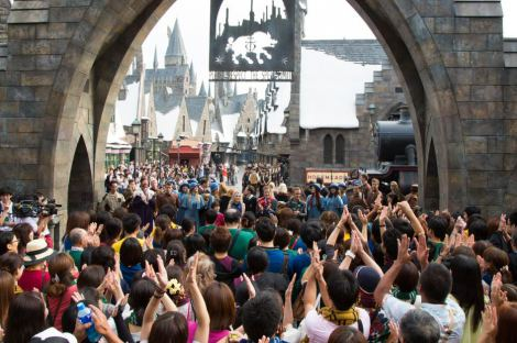 "USJの「ハリポタ」新エリアがオープン! 招待ゲスト300人が""魔法の国""へ… HARRY POTTER, characters, names and related indicia are trademarks of and (C)Warner Bros. Entertainment Inc. Harry Potter Publishing Rights (C) JKR. (s14)"