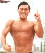 オードリー春日が自慢の筋肉を披露し「トゥース!」 (C)ORICON NewS inc.