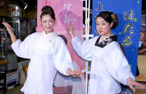 1日限定ユニット「居酒屋姉妹」を結成した割烹着姿の(左から)大石まどか、上杉香緒里 (C)ORICON NewS inc.