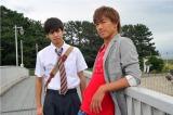 7月29日放送、EXILE・AKIRA主演のドラマ『GTO』第4話でフィーチャーされる生徒を演じるのはGENERATIONSのボーカル・片寄涼太(左)(C)関西テレビ