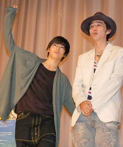 村上淳(右)と長男・村上虹郎(左)が親子