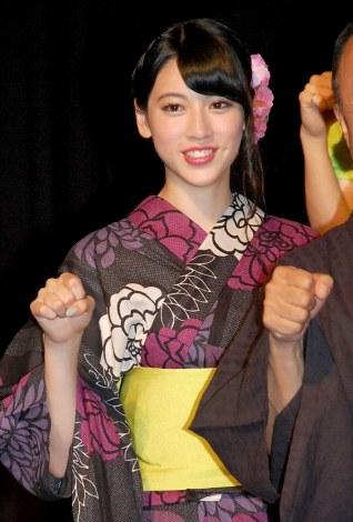 浴衣の三吉彩花