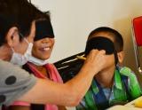 小学生夏休み自由研究向け教室『見たい! 知りたい! 目のかがく教室』 目隠しをして嗅覚だけでどんな食べものなのか答える様子 (C)oricon ME inc.