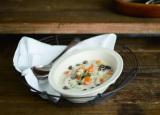 『魔法のココナッツオイルレシピ』(宝島社)より「ホタテときのこのチャウダー 」の作り方