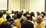 熱心に話を聞く投資家たち。講演会には立ち見を含め約250人が参加した。 (C)oricon ME inc.