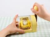 """お取り寄せ等で人気の""""たまごプリン""""が家庭で手軽に作ることができるクッキングトイ『おかしなたまご まわしてまわしてまるごとプリン』。約2分撹拌して… (C)T-ARTS"""