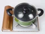 """お取り寄せ等で人気の""""たまごプリン""""が家庭で手軽に作ることができるクッキングトイ『おかしなたまご まわしてまわしてまるごとプリン』。撹拌した卵を湯せんで約30分温める"""