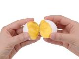 """お取り寄せ等で人気の""""たまごプリン""""が家庭で手軽に作ることができるクッキングトイ『おかしなたまご まわしてまわしてまるごとプリン』。撹拌した卵を湯せんで約30分温め、卵を割るとプリン状に! (C)T-ARTS"""