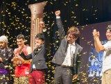 優勝が決まり拳を突き上げるリップサービスの榎森耕助(中央右)と金城晋也(中央左)(C)QAB
