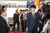 スーツ姿でビジネスマンを演じる佐藤健