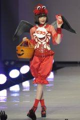 小悪魔風衣装でキュートに変身した玉城(撮影:鈴木かずなり)