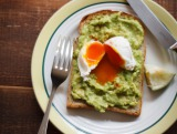 レシピ本『パンケーキとエッグベネディクト』(若山曜子著/主婦の友社)では、さまざまなアレンジメニューを紹介 「アボカドトーストのベネディクト」