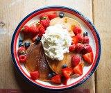 レシピ本『パンケーキとエッグベネディクト』(若山曜子著/主婦の友社)では、さまざまなアレンジメニューを紹介 「フルーツ&ホイップクリームのパンケーキ」