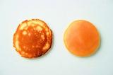 レシピ本『パンケーキとエッグベネディクト』(若山曜子著/主婦の友社)で紹介されているパンケーキ焼き方のコツ。左が「ダイナー風」、右が「ホテル風」