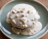 レシピ本『パンケーキとエッグベネディクト』(若山曜子著/主婦の友社)で紹介されている「マカダミアナッツのパンケーキ」