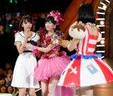 11月26日に発売されるAKB48の38thシングルでWセンターに抜擢され号泣する宮脇咲良と、同じくWセンターを務める渡辺麻友。(C)AKS