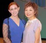 クミコ(右)のコンサートに出演した米女優ハンナ・グレース(左) (C)ORICON NewS inc.