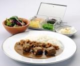 『カレーショップランキング』・『女性1位』【カレーハウス サンマルコ】の人気No.1メニュー「ビーフカレー」。脂肪分の少ないビーフとフレッシュ野菜と20数種類のスパイスでじっくり作り上げた辛口のカレーソース