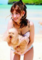 こじはるも犬を抱っこ (C)主婦と生活社刊『AKBの犬兄妹』(6月30日発売)