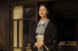 NHK朝ドラ『花子とアン』ラストシーンで空を見上げる吉高由里子 (C)NHK