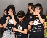 SKE48念願の47都道府県ツアー決定に涙する(左から)松井珠理奈、佐藤実絵子、松井玲奈(C)AKS