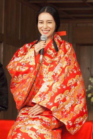 柴咲コウ 赤い着物